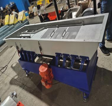 供应500kg静音水平摇摆振动筛 工程塑料振动筛 长条塑料振动筛
